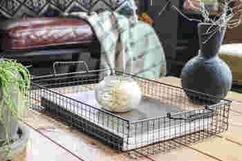 シンプルさが魅力のワイヤーバスケットは、焼き網1枚だけで作ることができます。四隅をカットし、編み込んで、ワイヤーで補強するだけ。取っ手をつけるとより本格的になって、持ち運びも楽チン!
