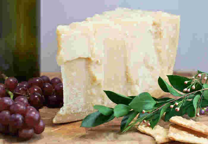 「イタリアチーズの王様」と呼ばれるパルミジャーノ・レッジャーノ。世界的に有名なチーズで、DOP(原産地名称保護制度)の認定を受けたものだけが刻印を押され「パルミジャーノ・レッジャーノ」を名乗ることができます。1日1回しか作ることができないため、産地イタリアでも大変貴重なチーズとして扱われています。