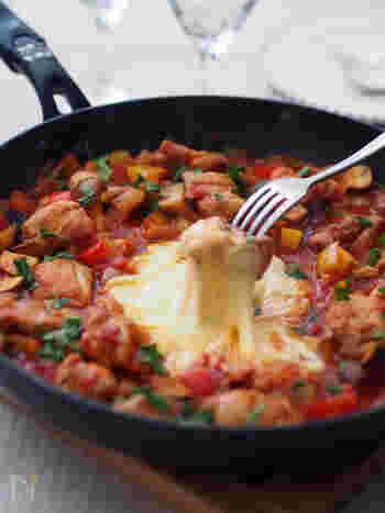 角切りのお野菜とトマトでチーズダッカルビを見栄えの良いひと品にしています。スキレットや小さめのフライパンでそのまま食卓に提供すると、とろりとしたアツアツチーズが楽しめます。