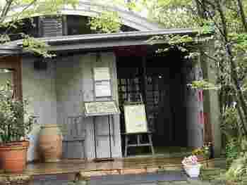 """「ライブラリーカフェ 然々」は、松戸体育館のすぐお隣にあります。店名通り、""""あるがままの自由なスタイルでくつろいでいただきたい""""という想いがこめられています。"""