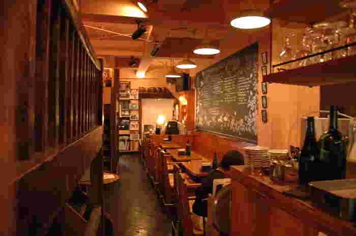 年季の入ったお店の中。中2階があるなど、ユニークな空間です。来日中に食事に訪れ、余興で演奏した際のスティーヴィー・ワンダーの写真もありますよ(^-^)