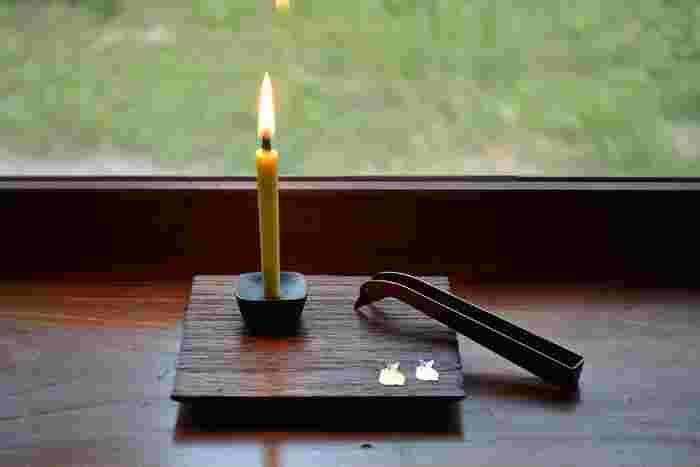 米や菜の花、ハゼなど、純植物性の蝋から作られる和ろうそく。キャンドルと比べて火が大きく、炎が縦に伸びたり波打ったりと、美しいゆらめきが楽しめるのが特徴です。