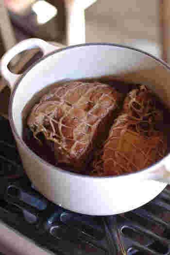 圧力鍋は、長時間煮過ぎると、むしろお肉がパサパサになるようです。圧力鍋の種類やお肉の大きさにもよりますが、一般的な圧力鍋なら20分ほどの加熱で十分火が通ります。