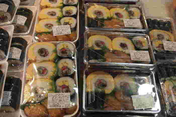 南房総の特産品のびわや落花生を用いた菓子や加工品、佃煮や缶詰といった水産加工品等など豊富に並んでいますが、中でも人気なのが、巻き寿司が並ぶ「川名食品」のコーナーです。