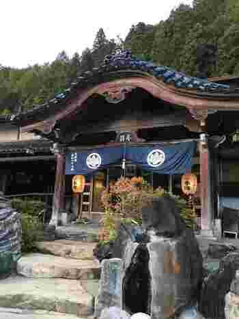 「薬師のゆ 本陣」は、歴史やアートな雰囲気を満喫できる旅館。  飛騨古川の伝統神事に用いる「起し太鼓」、一代目社長の骨董品コレクションなど、貴重な展示が目を楽しませてくれます。