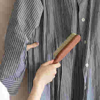 コートの目地やシャツなど、アウターには花粉が知らず知らずに付いています。付いた花粉はブラッシングで手早く落としましょう。お家に持ち込む花粉の量を減らすことができます。