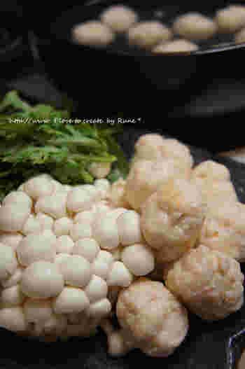 豆腐入りの団子を使った鍋なので、比較的ヘルシー。ダイエット中の方にもおすすめできる鍋レシピです。ポン酢やみそ、辛さのあるたれなど、どんなたれにも合わせやすいのがいいですよね。