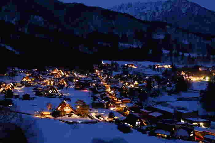 伝統の暮らしが息づく合掌造り集落、飛騨「白川郷」。世界遺産となった貴重な建物が、冬になると期日限定でライトアップされます。雪景色に浮かび上がる幻想的な景観に息をのみます。