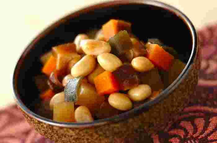 栄養バランスを整える一品としても優秀な五目煮豆。お弁当に入れる際、可愛いカップに入れるのもいいですが、ピックや楊枝に刺して入れるのもおすすめです。お子さまはその方が食べやすい場合も。