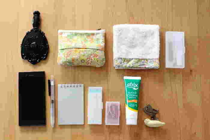 ポケットは中に5つ、外に2つ、さらにファスナー付きポケットもあり、仕分けの機能性も抜群です。ポーチには入れず、直接、バッグインバッグにアイテムを収納すると、ワンアクションで必要なものを取り出すことができます。