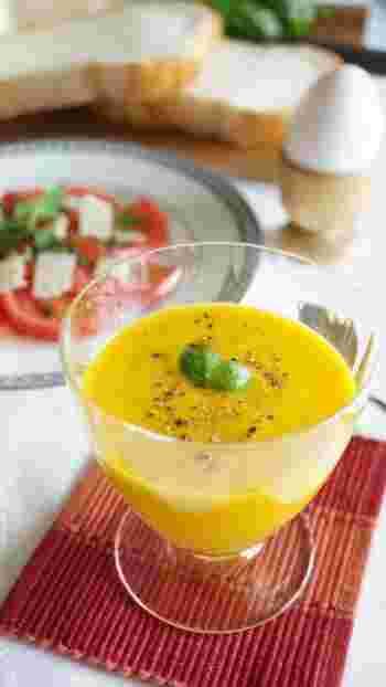 綺麗な色合いの、カボチャのポタージュレシピ。生クリームを使わずに作れて手軽です。冷製ではもちろん、温めてもおいしいですよ。