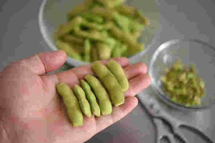 「焼き枝豆」は塩茹でをしないので、どうやって塩を効かせるか――そのための下ごしらえとして、まずは枝豆の両端をキッチンバサミなどで切り落とします。