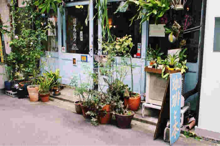 お次は、昭和の香り漂うブックカフェ「珈琲舎 書肆 アラビク」をご紹介致しましょう。この珈琲舎 書肆 アラビクは、大阪の中心である梅田からもアクセスしやすい中崎町駅のすぐそばにあります。このエリアは可愛い雑貨屋さんなども多くあるおしゃれっこに人気の高いエリアです。