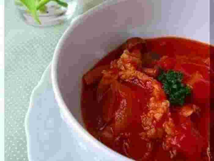 トマトたっぷりの味付けでつくるハッシュドポーク。白米をトウモロコシ入りのご飯に変えた、ヘルシーで野菜がしっかり取れるメニューです。