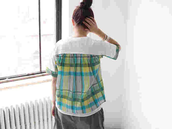 こちらは袖口・バック・サイド部分に、インパクトのある大判チェック柄プリントをあしらったカットソー。一枚で主役になるおしゃれなTシャツは、パンツにもスカートにも合わせやすく、幅広いコーディネートに活躍してくれます。
