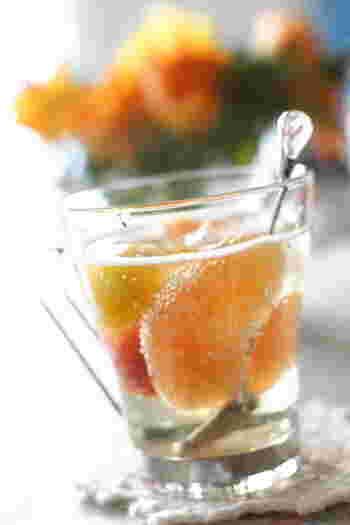 先ほどのグレープフルーツ&ミニトマトのシロップ漬けを炭酸で割ると、こちらのようなおしゃれなドリンクに。爽やかな風味で彩も美しいドリンクは、夏のおもてなしにもぜひおすすめです。