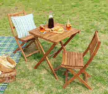 アカシアの木を使ったナチュラルなアイテム。テーブルは幅60cm×高さ72cmで、チェアは幅40×高さ82cmです。チェアは緩くカーブがついているので、体をしっかり受け止めてくれて座り心地抜群!