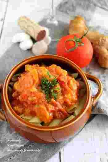 トマトソースを一度まとめて作っておくと、いつものシンプルなソテーやハンバーグにトマトソースをかけるだけで毎日のご飯がグレードアップするのがうれしいですね。さらに時短にも繋がります。旨みが濃い秋のトマトの風味を、ぜひ食卓に取り入れてみて下さいね。