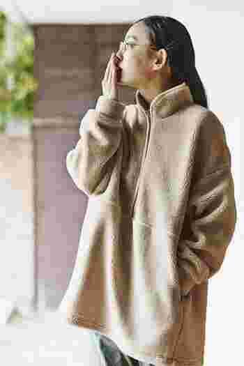 せっかく柔らかいカラーなので、もこもこ、柔らかく着られるアイテムをチョイス。ゆるっと着られる大きめサイズが嬉しいですね。