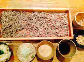 しっかりとコシを保った香り豊かな板蕎麦が食べられる香り家。板蕎麦とは、山形県の農家で秋の収穫祭などに「そばぶるまい(そばを振る舞う)」を行なう風習があり、そば切り用の箱板や木箱が使われたのが始まりと言われています。その名の通り、板にのったお蕎麦はボリュームも満点!