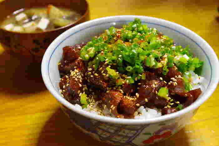 名古屋めしは、味噌カツ、味噌おでん、どて煮など、とくに味噌などをよく使い、味が濃厚なのが特徴。ご飯やお酒が進む料理が多いです。また、手羽先唐揚げなど鶏肉を使った料理も絶大な人気があります。