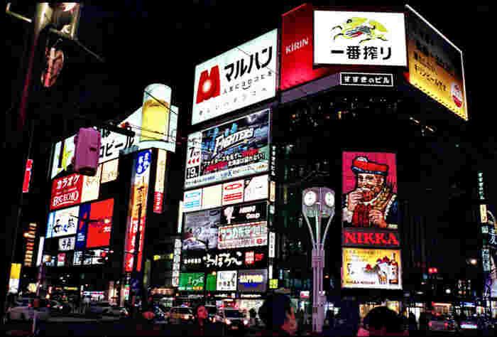 札幌グルメを楽しむなら欠かせないのが、全国三大歓楽街のひとつ「すすきの」です。すすきのの代表的な景観である「すすきの交差点」を中心にたくさんのビルが立ち並び、超有名店から隠れ家的な店まで数千件の飲食店がひしめきあっています。また、すすきのは治安のよさでも有名で「女性だけで出歩いても安全な歓楽街」と言われます。ぜひお気に入りの店を見つけてくださいね。