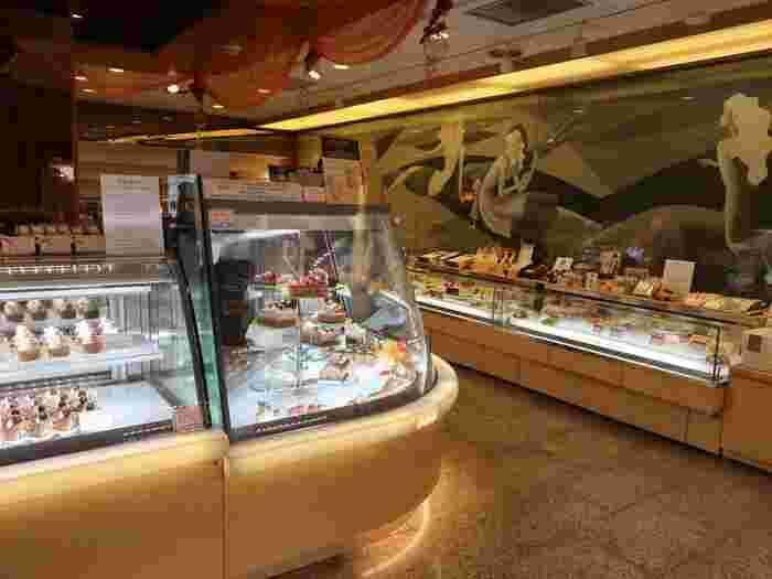 ケーキから焼き菓子まで多彩な商品が揃っています。