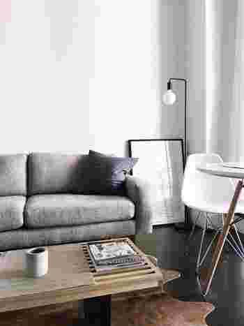 部屋の隅も、ポスターを飾るのに最適なスペースです。壁に穴を開けられない部屋でもポスターを飾ることができます。置いてあるだけなのに、部屋が引き締まります。