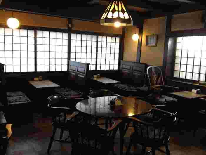 """カフェというより""""喫茶店""""と呼ぶのが相応しいレトロな店内が、旅の疲れを癒してくれますね。松本には古くから残る蔵や古民家を利用したショップも多く、時代を逆行したような風情を楽しめます。"""