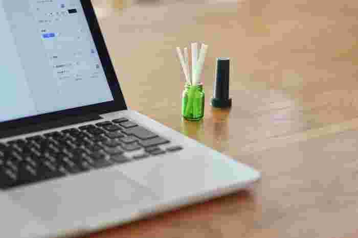 こちらは無印のインテリアフレグランススティックという商品で、アロマオイルをしみこませたスティックをガラス瓶にさして香りを楽しむというアイデア商品です。作業したい場所にお好みのアロマを連れていけるというのはとても面白いですね。