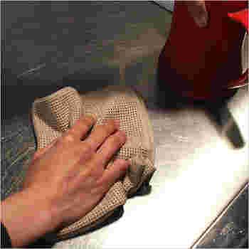 70年以上愛され続けている、ニット編みで作られたふきん。生地の目が粗いので、油汚れなどを絡め取りやすくキッチン使いにぴったりなアイテムです。