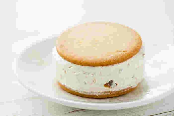 中にはラムレーズン入りのクリームがたっぷり!クッキー部分はサクサクです。冷やして食べると美味しいです♪ (筆写撮影画像)