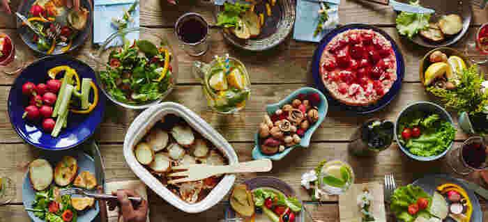 自分の手土産で、持ち寄りごはんが盛り上がったら嬉しいですよね!今回は「野菜たっぷり」「お酒にも合う」「パッと目を引く」「デザートにぴったり」をキーワードに、持ち寄りごはんが盛り上がるごはんやデザートのレシピを紹介します。