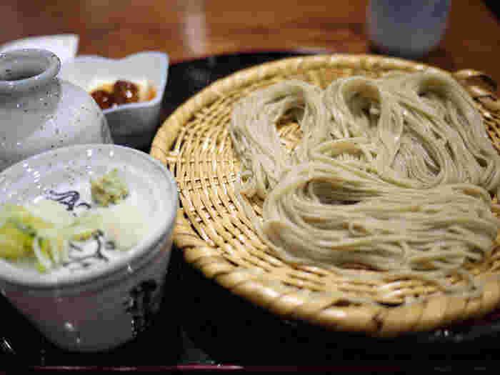 長野駅から徒歩3分ほど。居酒屋のようにも使える、便利な蕎麦屋さんです。