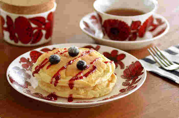 スウェーデンデザイナー、スティグ・リンドベリによるグスタフズベリ社RED ASTER(レッドアスター)シリーズも大柄な花柄がとっても美しい食器です。クリスマスケーキもこんな素敵なお皿で頂いたらより美味しく感じられそうです。