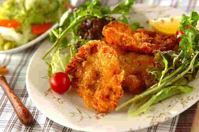 """食べ応えばっちりの「チキンカツ」。揚げ物にはもも肉もおすすめですが、淡白な味わいでありながらも旨味がしっかり出る""""むね肉""""は、シンプルな味付けで揚げるだけという素材を活かせるレシピにぴったりです。"""