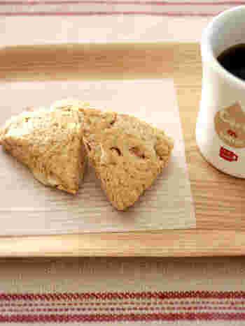 全粒粉とナッツの香ばしい組み合わせがマッチしたスコーンのレシピ。クッキーに近い食感になるので、ざくざく系のスコーンが好きならハマってしまうかも?