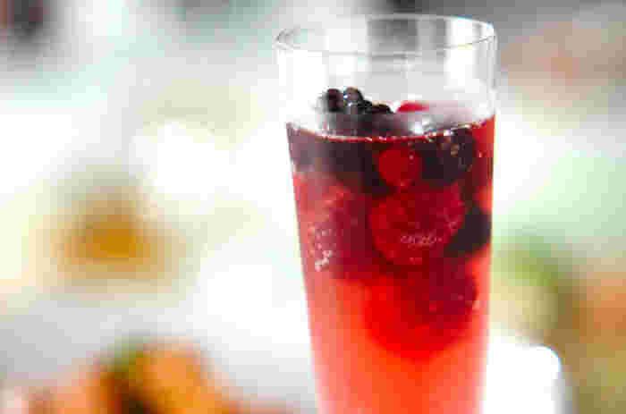 ■冷凍ベリーのスパークリングワイン  ベリーとワインのピンク色が乙女心をくすぐる、見た目もかわいい甘めのワインです。