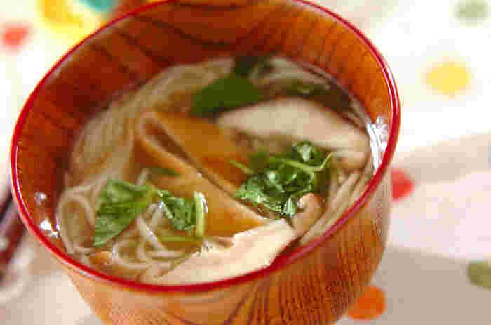 あたたかい素麺はにゅうめんともよばれ、消化がよく胃腸によいと言われています。ほんのりしょうがに出汁のきいたスープは心落ち着く味ですね。