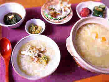 こちらの茶粥のレシピでは、炊飯器で通常のおかゆを作ったあとに、ミキサーなどで粉末状にした玄米茶やだしを混ぜ合わせます。そのあとで土鍋に移し、卵を加えて火にかけたら完成です。基本の玄米茶粥はシンプルなので、季節の具材をトッピングしてアレンジしてみましょう。