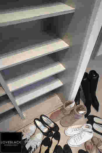 下駄箱の掃除も忘れないように。靴を全部出してホコリや砂を取り除き、水拭きするとニオイの原因を取り除けます。水拭きした後は完全に乾いてから靴を戻すようにしましょう。