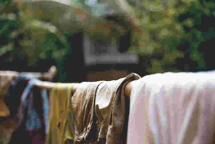 ティーツリーオイルは殺菌力があるため、洗濯物を日光に当てて乾かすことができないときにも役立ちます。ティーツリーオイルの特性で部屋干しの不快な臭いを抑えてくれます。