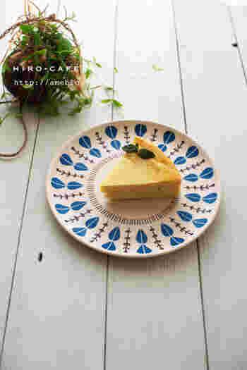 ミキサーに入れて混ぜるだけ!とっても簡単、素朴だけど美味しいさつまいものチーズケーキ。さつまいもの甘さを活かしたやさしい味わいで、お子さんのおやつにもおすすめです!