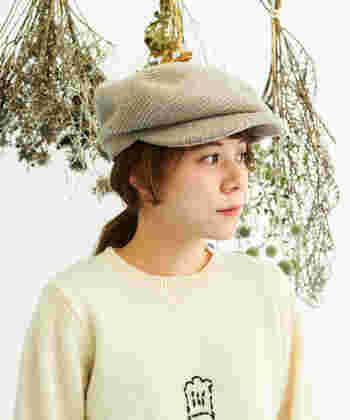 少年のような雰囲気を醸し出す、フロントにツバの付いたキャスケット。ちょっぴり大きめサイズを選ぶことで、今年らしいシルエットを作ることができます。