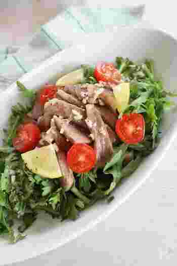 ステーキがのった、ガッツリお食事系サラダ。野菜もお肉も一皿でたっぷり摂れるので満足です。