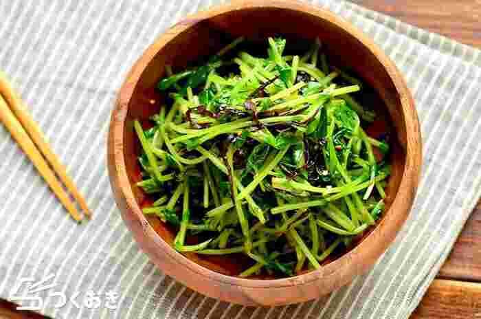 シャキシャキの豆苗にごま油が絡んだ、中華風の味わいです。塩昆布の塩気とうま味もgood!豆苗を加熱した後にしっかり水気を切るのが、美味しく作るポイントですよ。