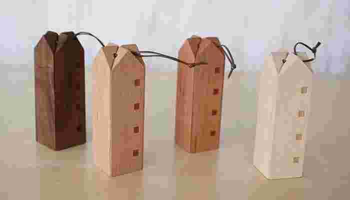 インテリアとしてもバッチリ活躍してくれるなべしきハウスは、色が濃くて高級感のあるウォールナット、木のおもちゃによく使用されているブナ、赤みがあり木目が美しい高級材のブラックチェリー、淡い色合いときめの細さ、すべすべとした肌触りが特徴のメープルの4種類。どれも魅力的ですべて揃えたくなっちゃいそう。
