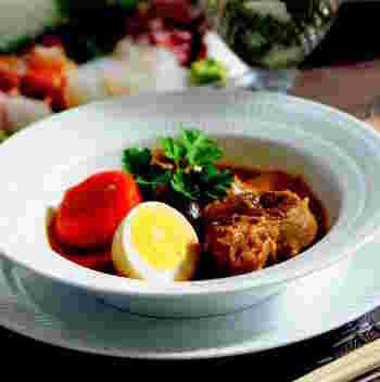 寒い時期に食べたくなるのが、熱々のビーフシチュー。ストウブを使えば、具材を柔らかくし、味もよくしみ込む「オーブン煮」ができます。