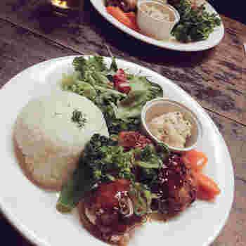 日替わりランチや、キーマカレー、サンドイッチと、カフェオリジナルのワンプレートがおすすめ!どれも野菜たっぷりなのも嬉しいポイントです。