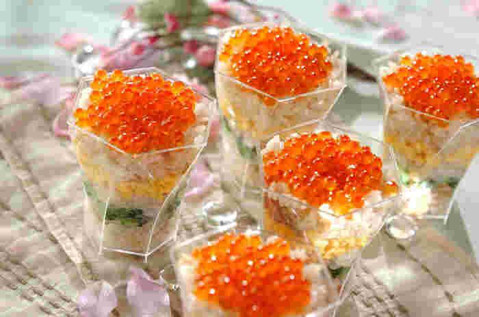 赤、黄色、緑、透明のカップからのぞく断面がとっても美しいちらし寿司。たっぷりのイクラをのせて、贅沢間もいっぱいです。お子さまが集まるひな祭りの立食パーティーなどにもおすすめですよ!